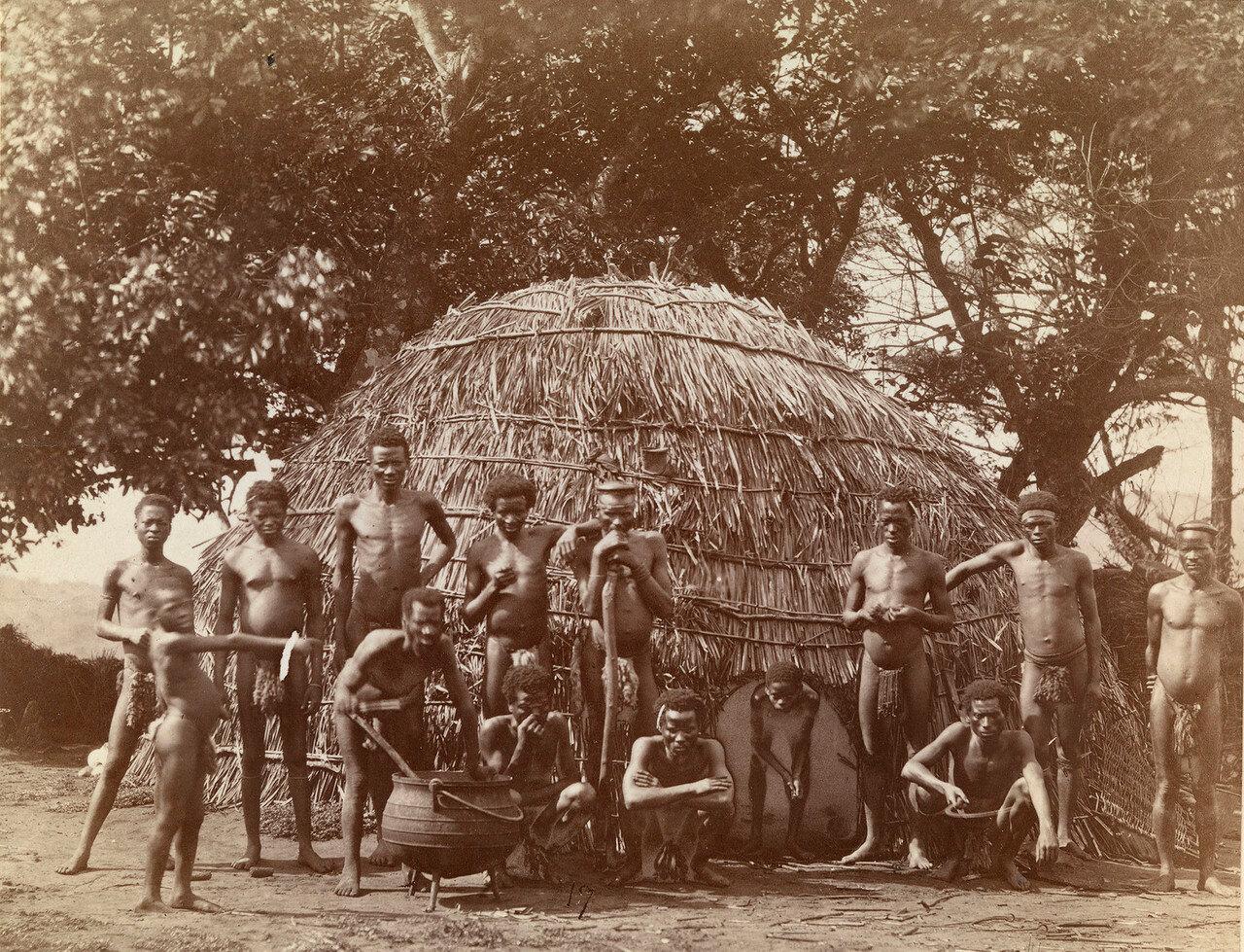Зулусы возле хижины