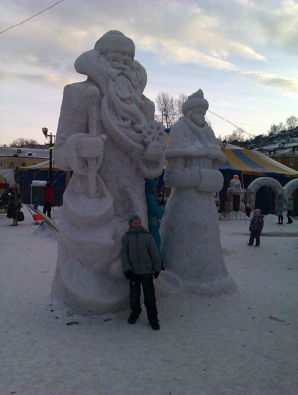 Дед Мороз и Снегурочка перед ДК Металлургов
