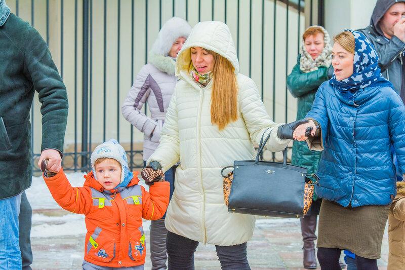 В парке «Аркадия» дети с родителями водили «Хоровод у елки»