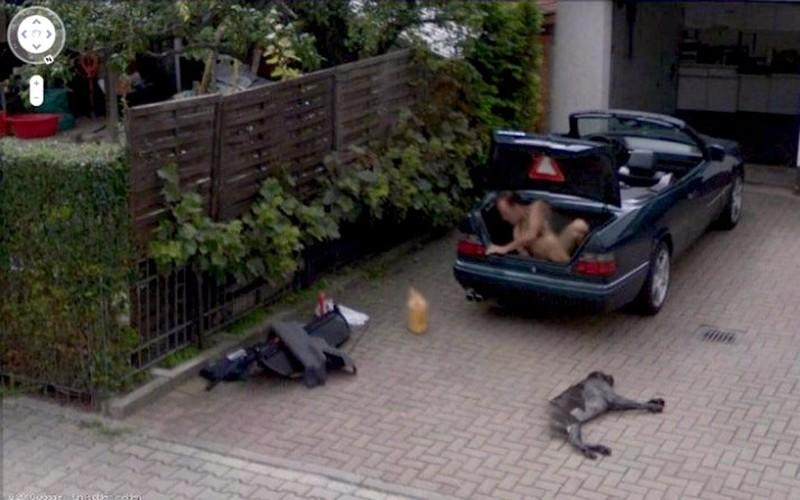 11. Обнаженный мужчина вылезает из багажника.