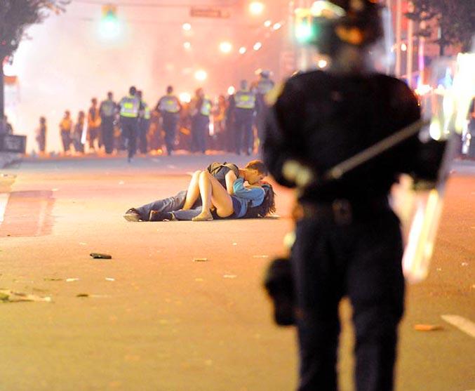 спортивный год 2011 - Скотт Джонс целует свою девушку Алекс Томас во время разгрома в Ванкувере