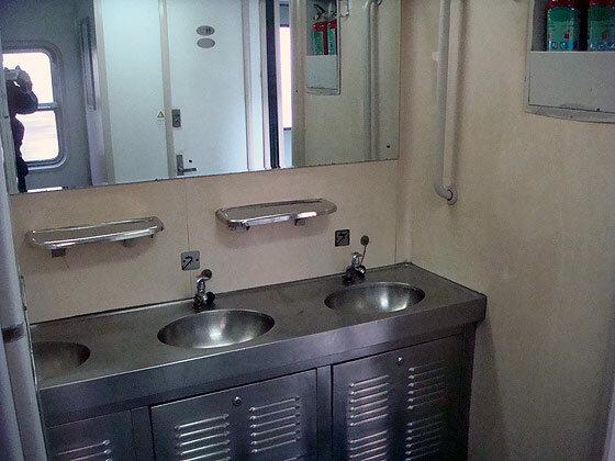 Умывальник в китайском поезде