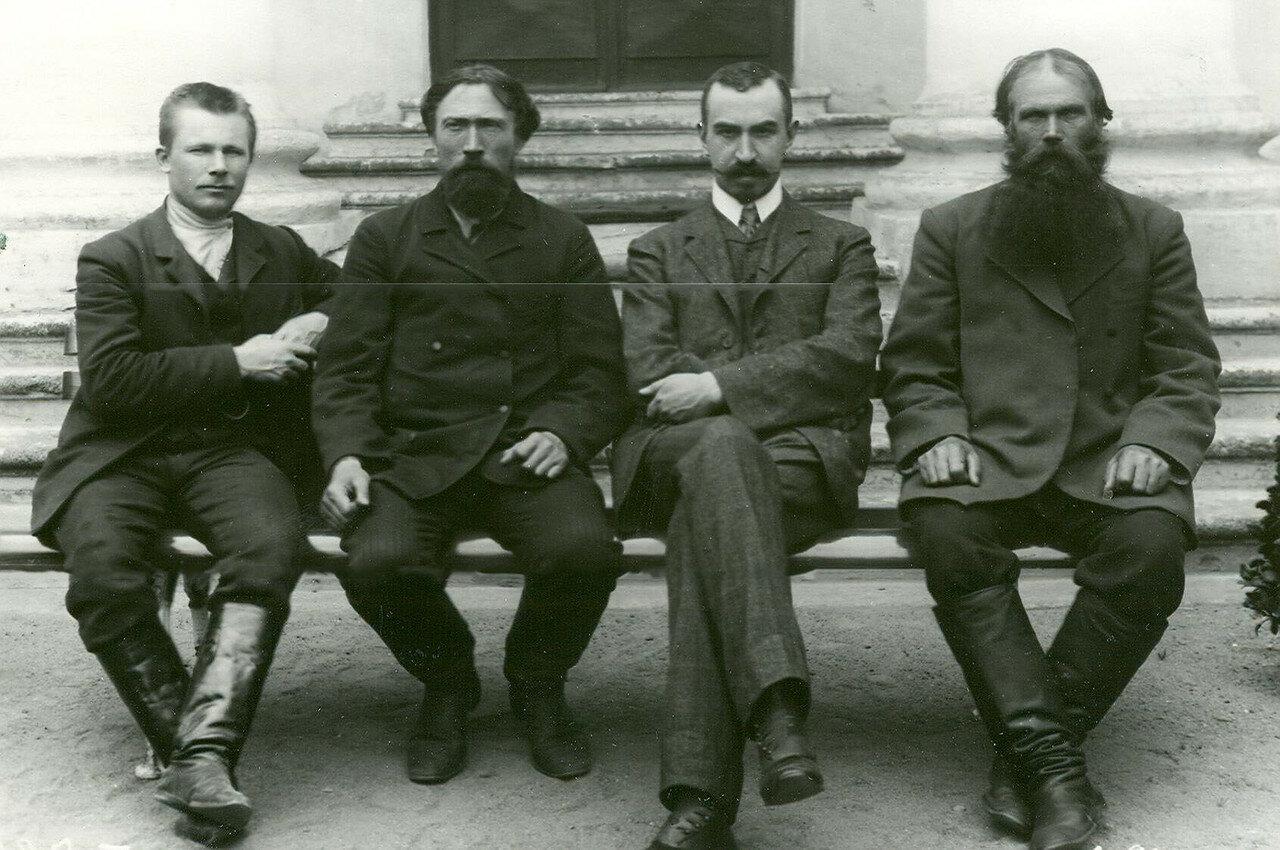 12. Группа депутатов Второй Государственной думы на скамейке у Таврического дворца