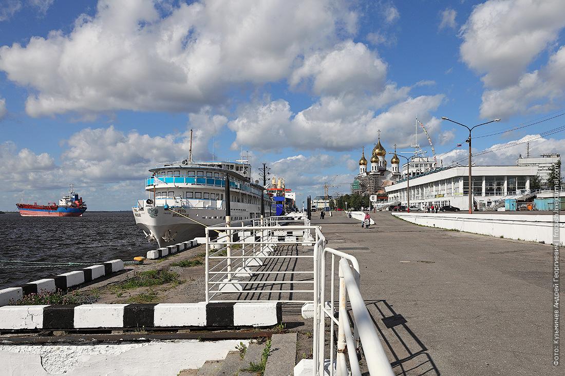 теплоход Русь Великая на речном морском вокзале Архангельска