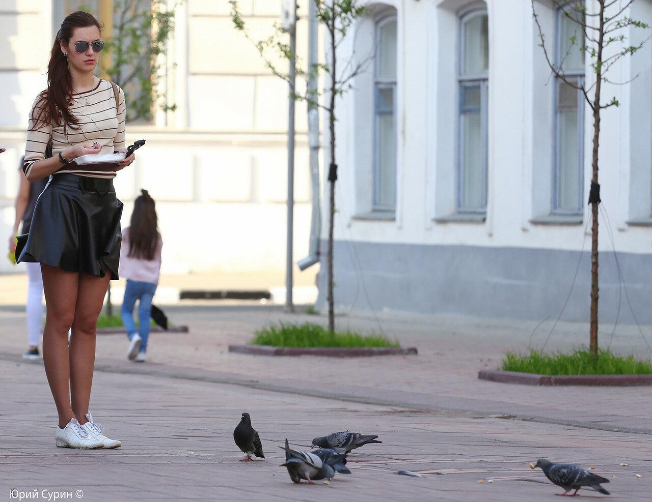 слежка девушек на улицах видео фото