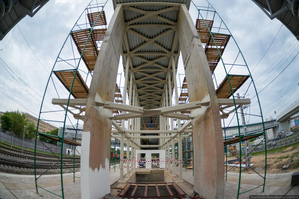 Вестибюль станции очень широкий и узкий