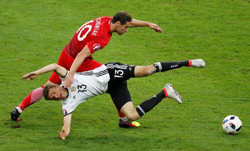 Игрок английской сборной Дэниел Старридж ликует после забития второго гола своей команды в ворота Уэ