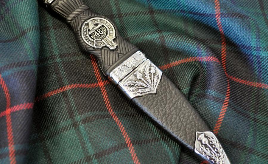 Буквально Sgian Dubh переводится с гэльского как «Черный нож». Легенды гласят, что это название долж