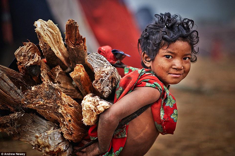 На фото: девочка рауте в традиционной одежде. Рауте – кочевники, они постоянно переходят на новое ме