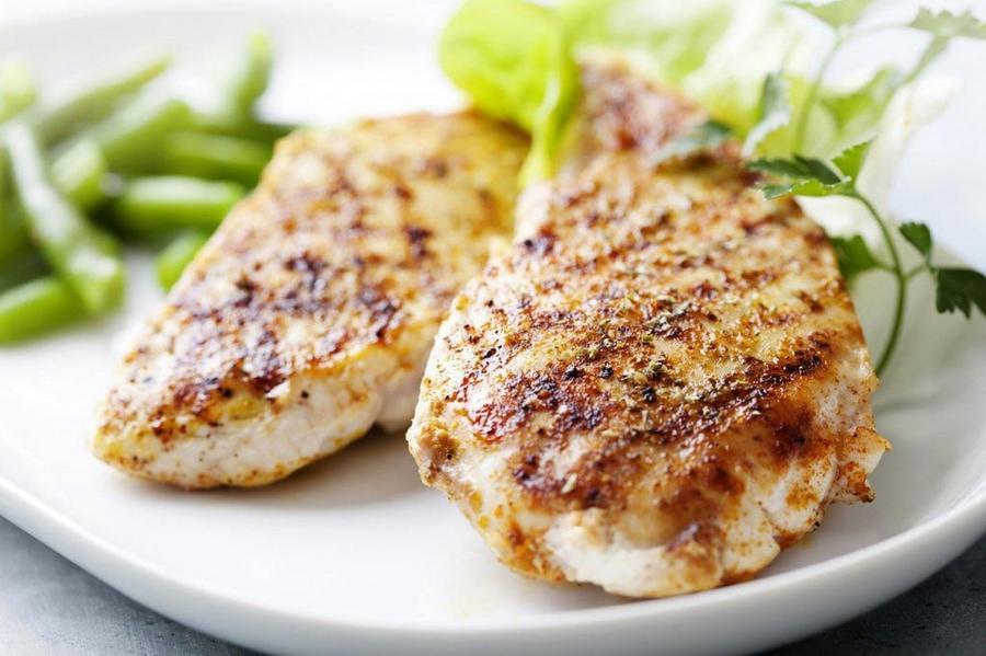 1. Куриная грудка Отличным источником качественного животного белка является куриная грудка. Причем