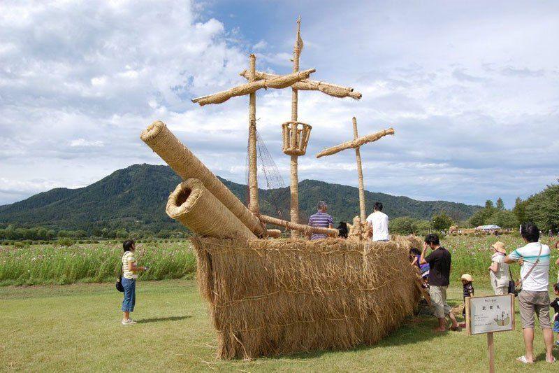 13. Этот корабль из соломы так и проситься в далекое путешествие по волнам.
