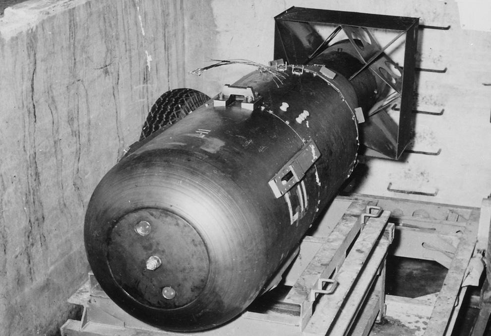 6. «Малыш» покоится на трейлере в яме над шлюзом бомбардировщика B-29 Superfortress «Enola Gay» на б