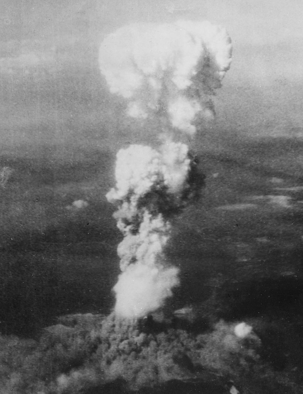 8. Растущий ядерный «гриб» над Хиросимой вскоре после 8:15, 5 августа 1945. Когда порция урана в бом