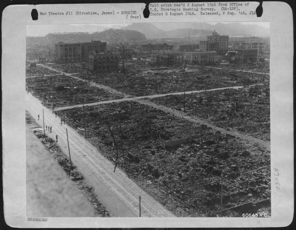 11. Часть панорамного вида уничтоженной Хиросимы, сделанного с помощью пяти фотоаппаратов с крыши зд