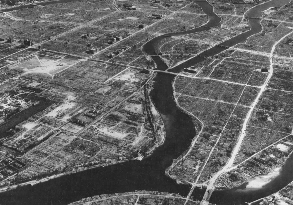 20. Вид Хиросимы с воздуха осенью 1945-го. В центре вверху виден гипоцентр и купол атомной бомбы. (U