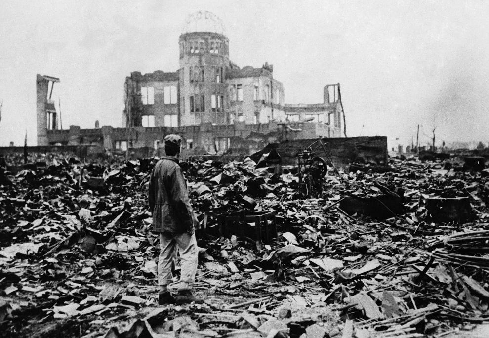 28. Человек смотрит на руины, оставшиеся после взрыва атомной бомбы в Хиросиме. (AP Photo)