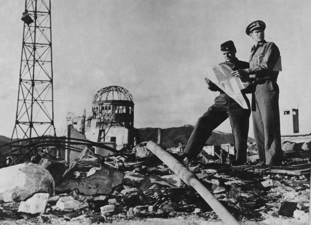31. Члены армии США исследуют район вокруг эпицентра в Хиросиме осенью 1945 года. (U.S. National Arc