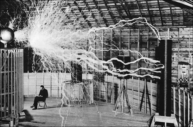 Никола Тесла в своей лаборатории.