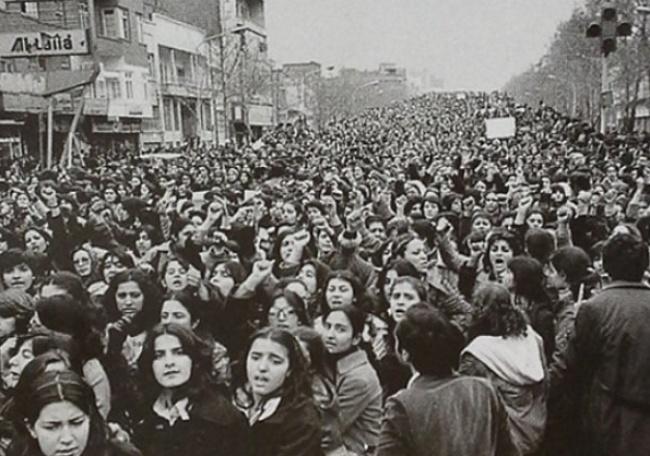 Иранские женщины протестуют против принудительного ношения хиджаба, введенного после Исламской револ