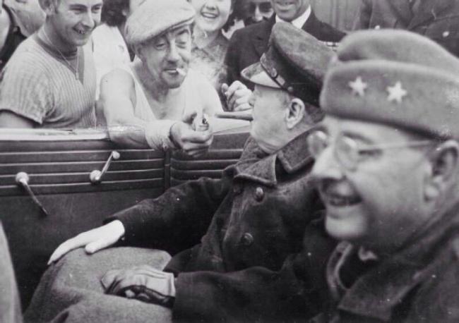 Француз дает прикурить Уинстону Черчиллю, 1944 год.