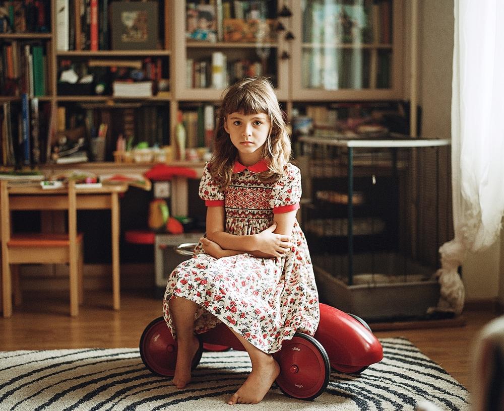 Снимать детей на пленочную камеру с ручным фокусом — то еще приключение. Особенно когда их трое, а к