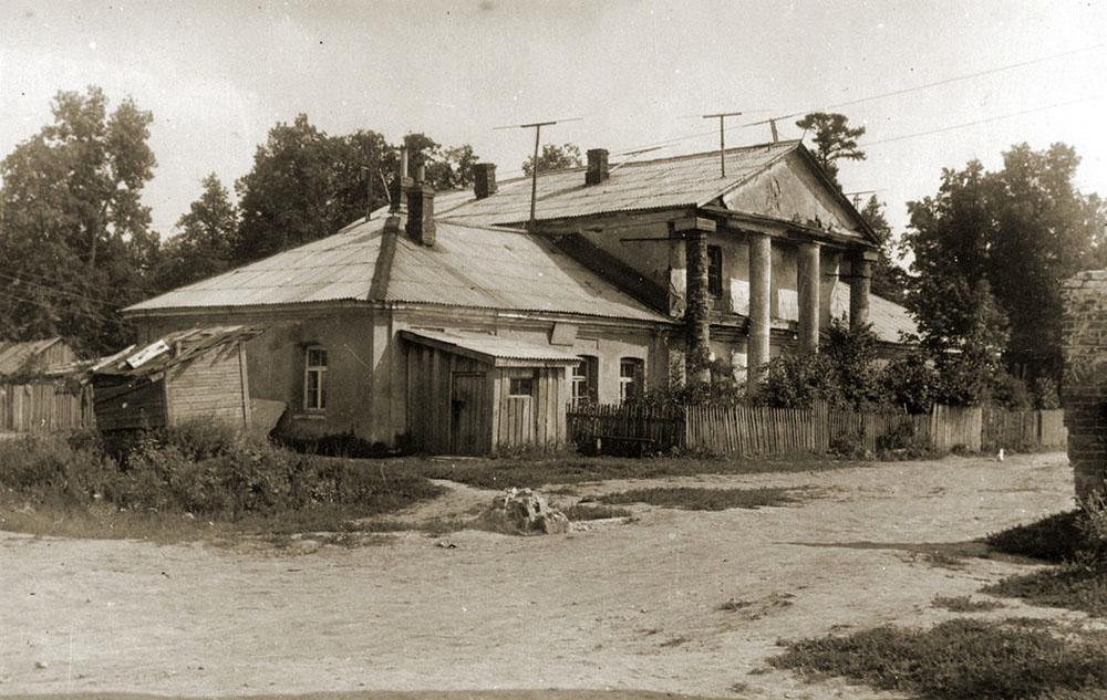 1963 Восточный флигель усадьбы Ясенево, вид от въездных ворот.jpg