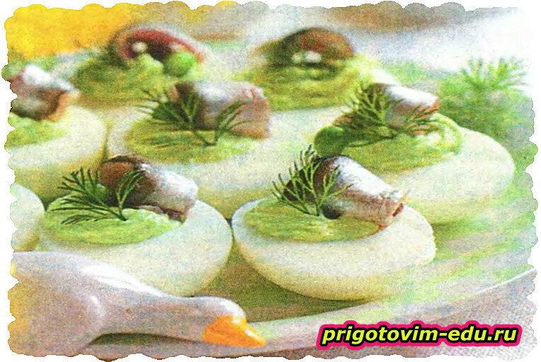 Яйца, фаршированные кремом из авокадо