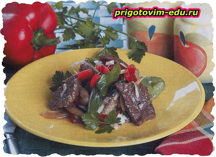 Теплый салат из говядины с грибами
