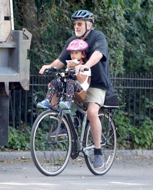 Роберт Де Ниро с дочкой Элен на улицах Манхэттена.