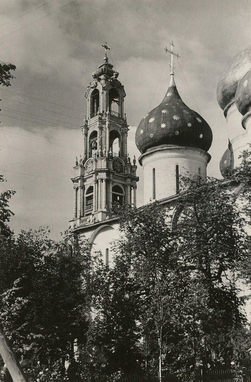 Загорск. Троице-Сергиева лавра. Колокольня и купола Успенского собора