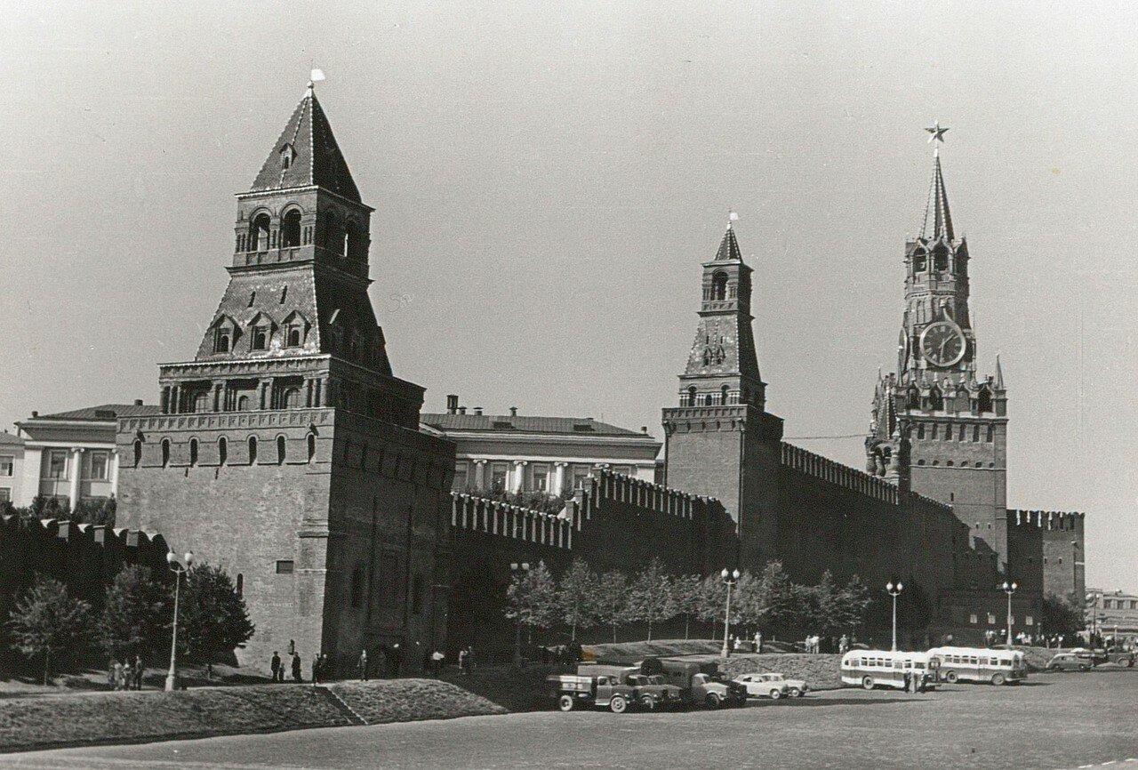 Кремль. Вид на кремлевскую стену с воротами Спасской башни
