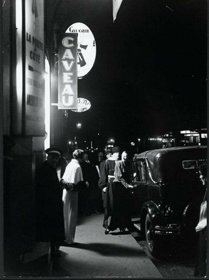 1931. У входа в «Погребок»