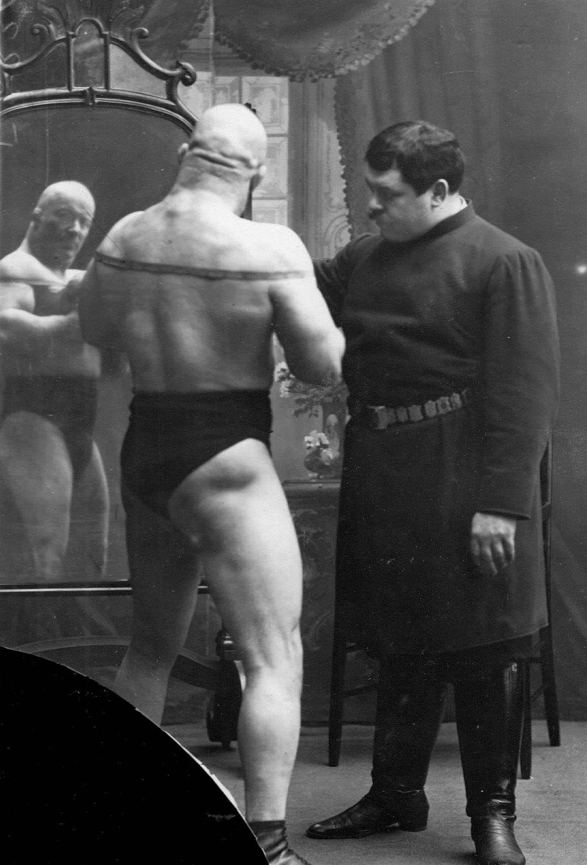 И.В.Лебедев измеряет объем груди борца тяжелого веса