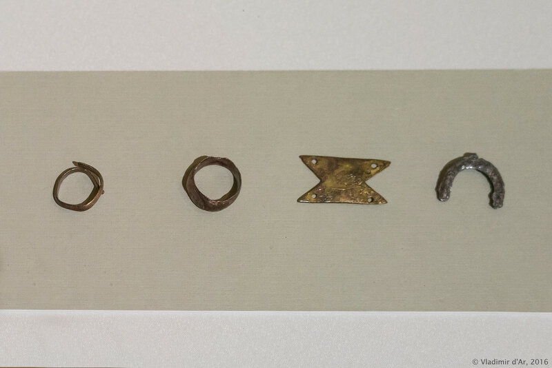 Украшения: перстни, подвеска-лунница, декор шкатулки. III-II вв. до н.э.