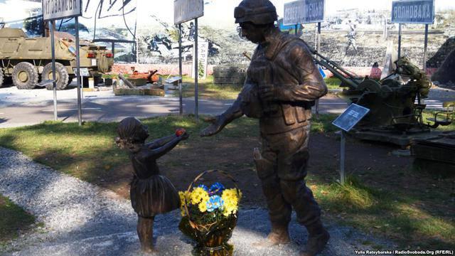 Жители Днепра оригинально восстановили скульптуру в музее АТО, покалеченную вандалами. ФОТОрепортаж