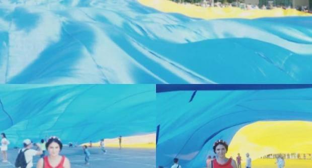 В Сумах устроили флешмоб с огромным украинским флагом (фото)