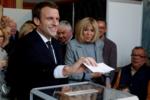 Эммануэль Макрон голосует вместе с женой, 24.04.17.png