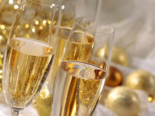 Ученые показали, почему шампанское нужно пить извысоких фужеров