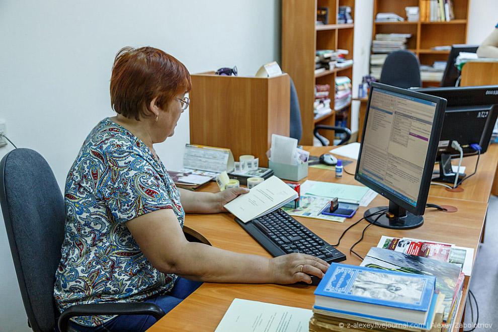 Каждый сотрудник в день обрабатывает примерно по 20-30 книг (да-да, у них есть свой месячный пл