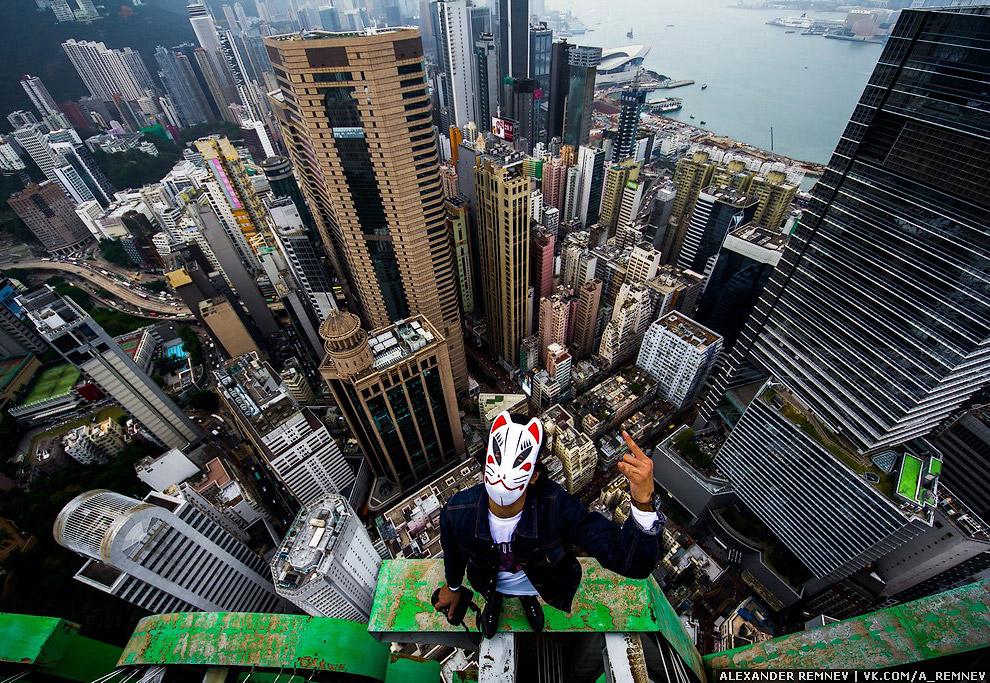 11. Если вы будете гулять по району couse way bay, то вы точно увидите высокое здание с огромно