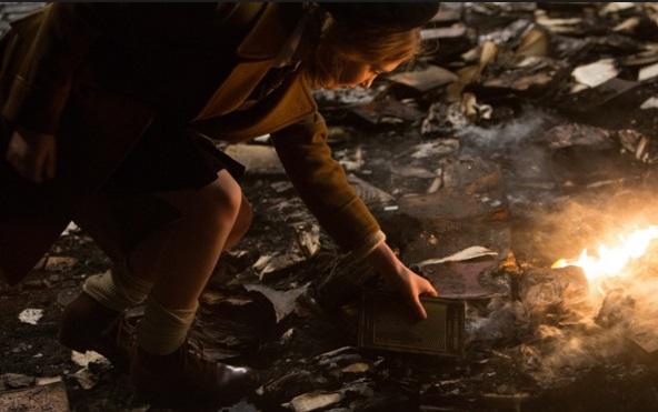 Как она начинает воровать книги из домашней библиотеки из дома бургомистра. Украденные книги