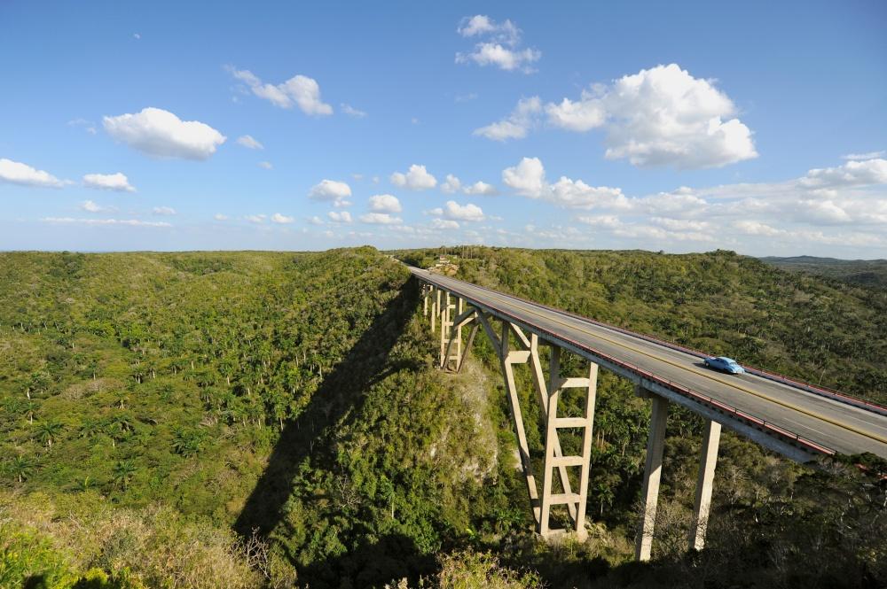 Мост Бакунаягуа изеленая долина Юмури.