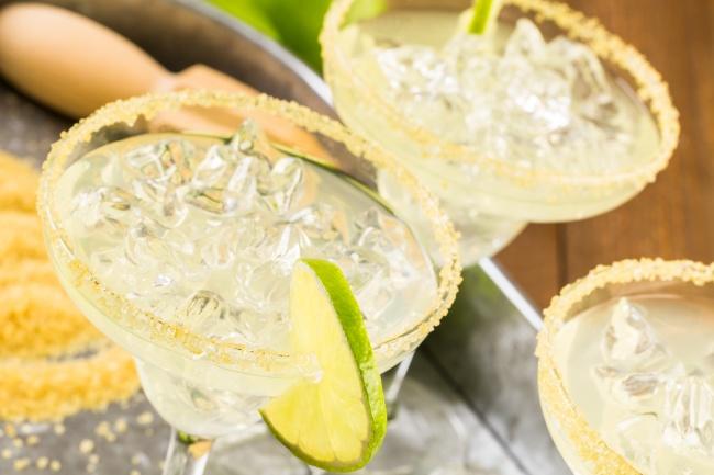 Чтобы узнать, как сделать напиток, нажмите сюда. Вам понадобится: 60мл джина 30мл лимонного сока с