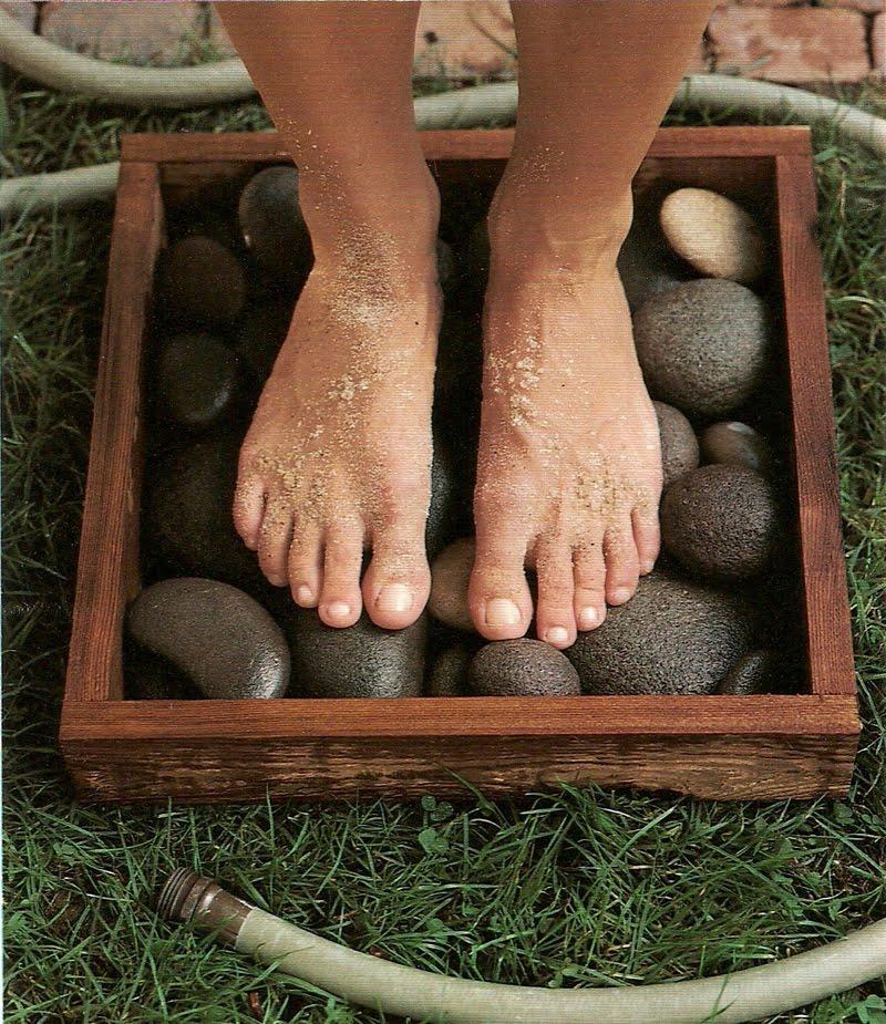 1. Коробка с галькой для грязных ног А как приятно постоять босиком на теплой гальке! Не забудьте по