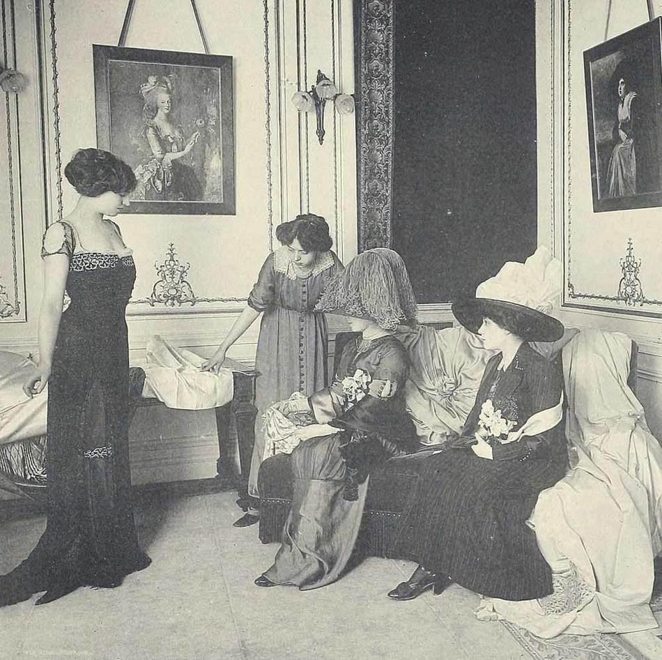 Если бы вы зашли в ателье Парижа того времени, вас бы сопроводили в выставочный зал, где светские да