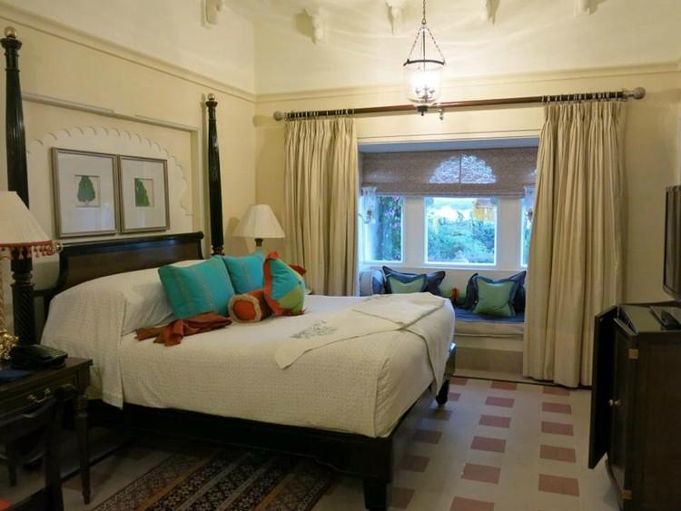 12. В каждом из номеров отеля имеются двуспальная кровать, письменный стол и стул, а также зоны отды