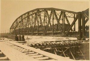 Железнодорожный состав на мосту во время испытания железных ферм.