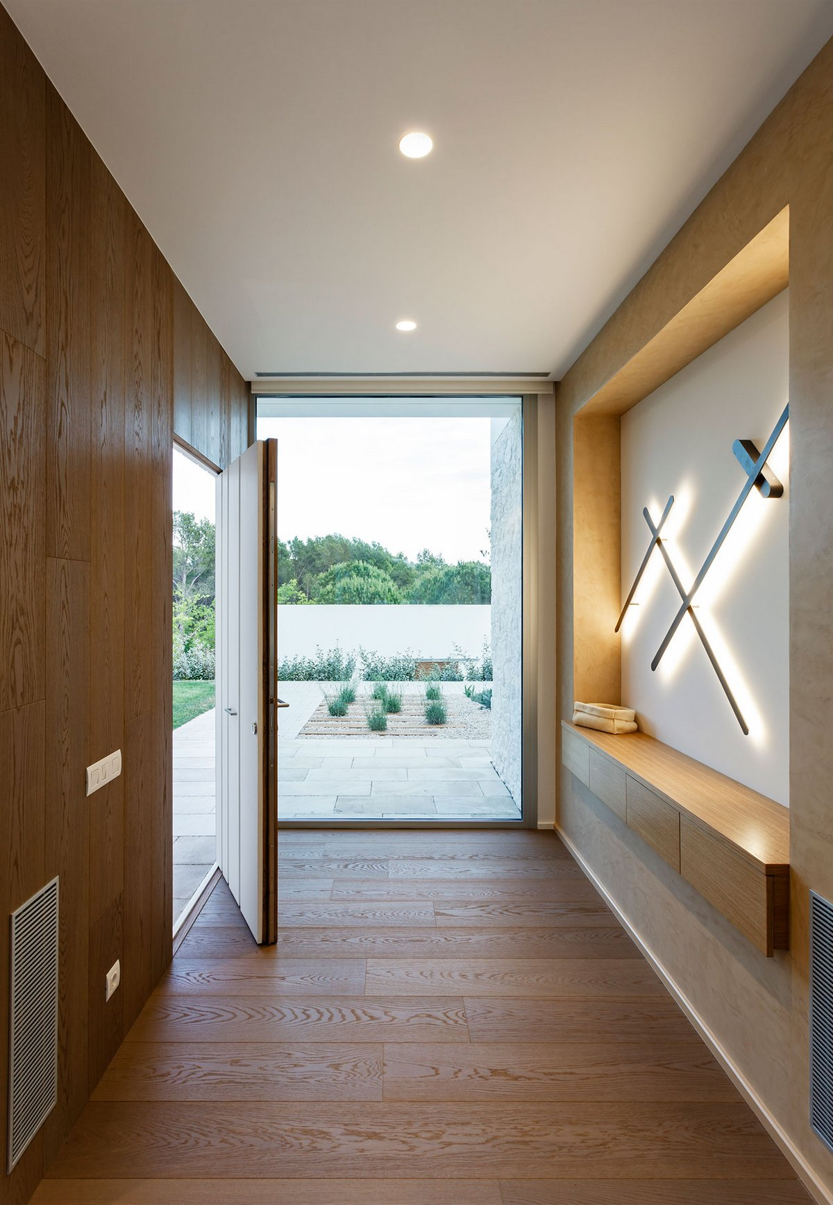 Costa Calsamiglia Arquitecte, Thomsen House, идеальный газон во дворе фото, дом в Испании фото, дома у моря фото, частный дом в Эмпорионе