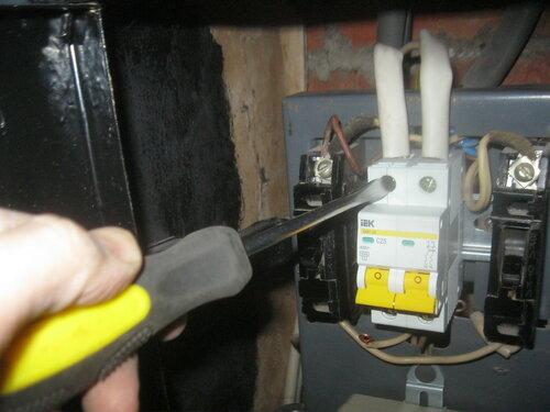 Срочный вызов электрика аварийной службы из-за отключения электроснабжения квартиры на фоне высокой нагрузки