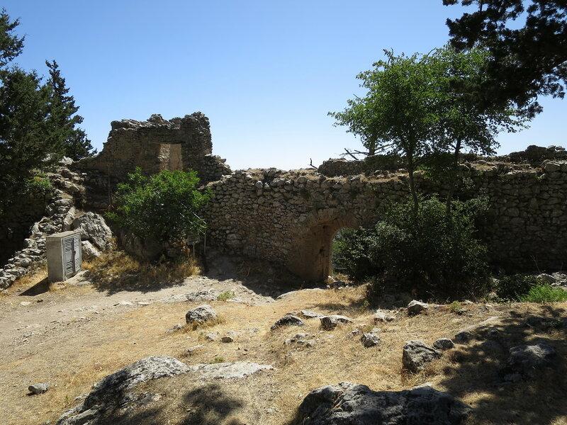 Св. Илларион. Входной комплекс верхнего замка с внутренней стороны